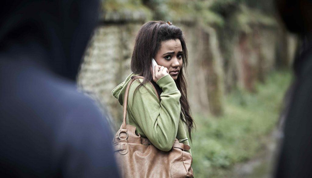 Stalking, Frau telefoniert ängstlich während Sie beobachtet wird