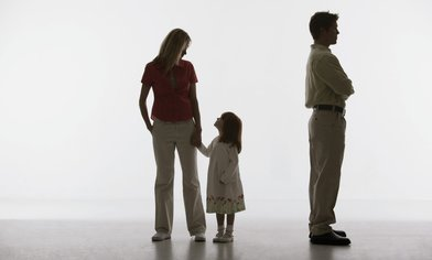Unterhaltsbetrug. ein Mann wendet sich von seiner Familie ab und zahlt keinen Unterhalt